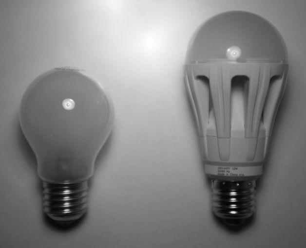 OSRAM Parathom LED og 60 W glødepære ved siden af hinanden